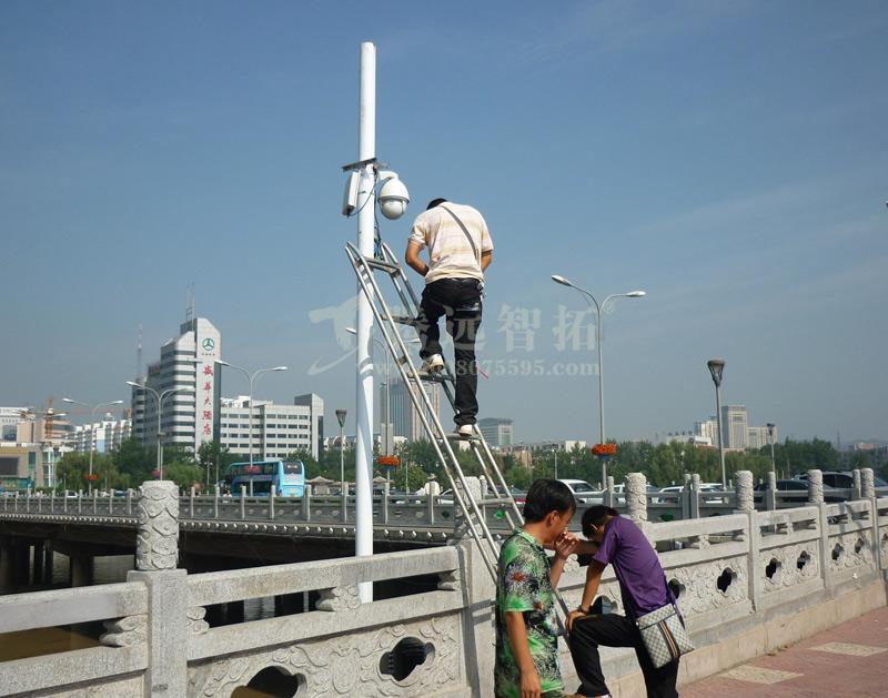 工作人员对无线监控设备进行调试