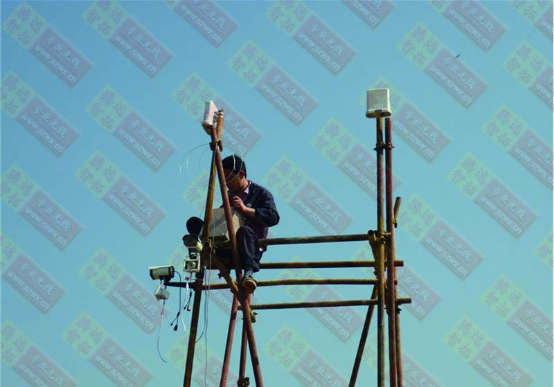 技术员在安装无线监控设备