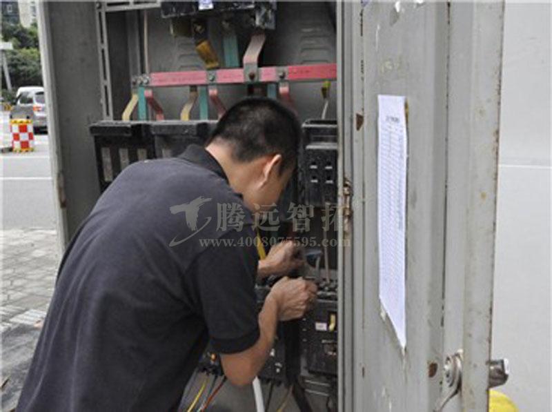 技术员在连接线路