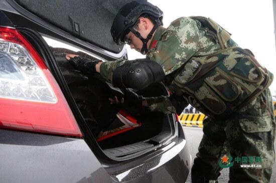 陆丰边防人员检查来往车辆